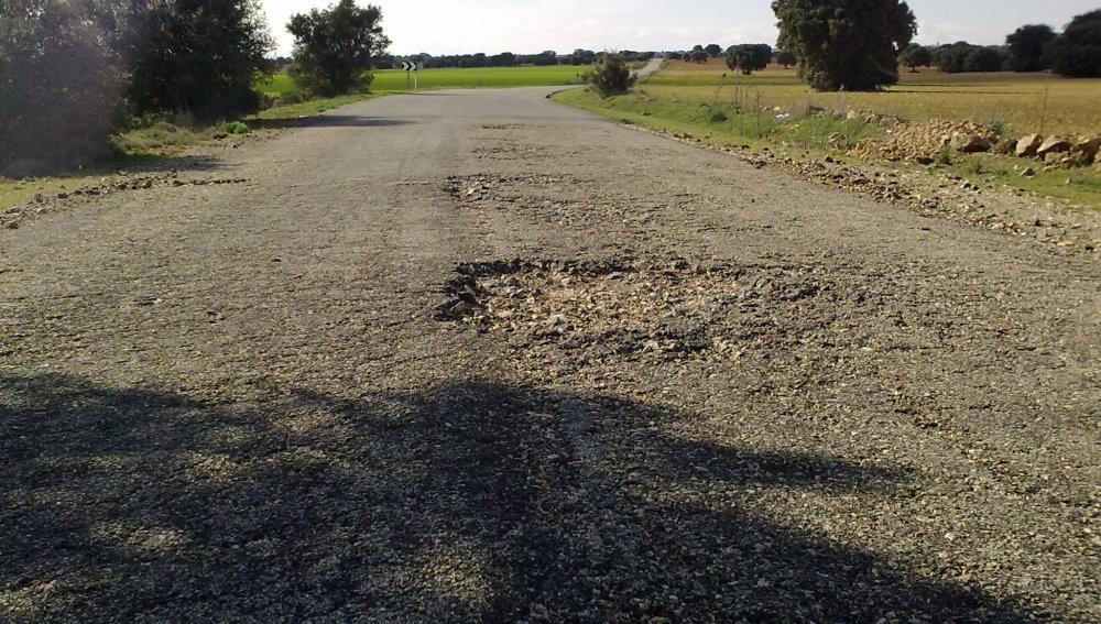 """Una """"carretera"""" de tierra y socavones"""