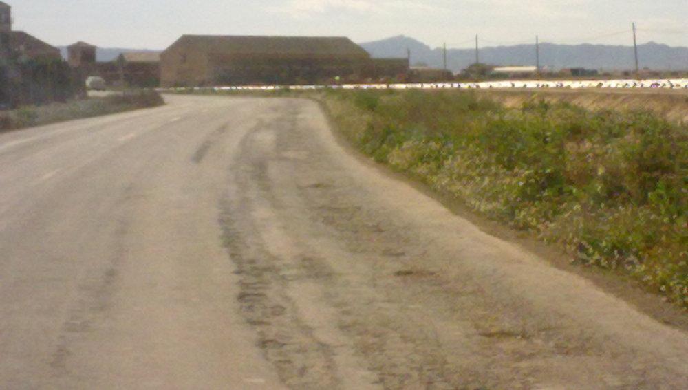 Los coches circulan por el medio para evitar los baches