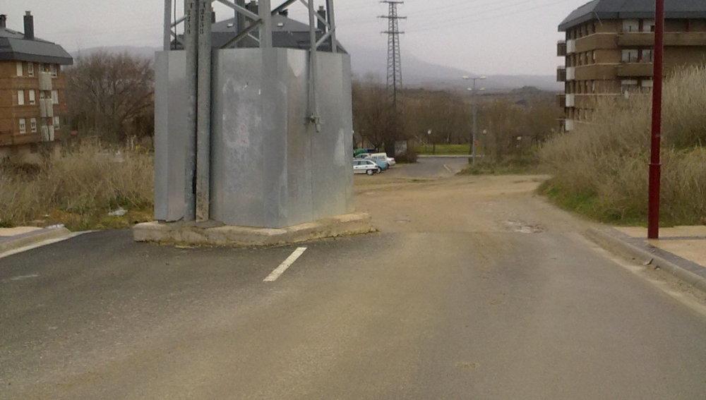 ¡En medio de la carretera hay una torreta eléctrica!