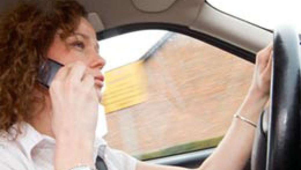 Una conductora habla por el móvil