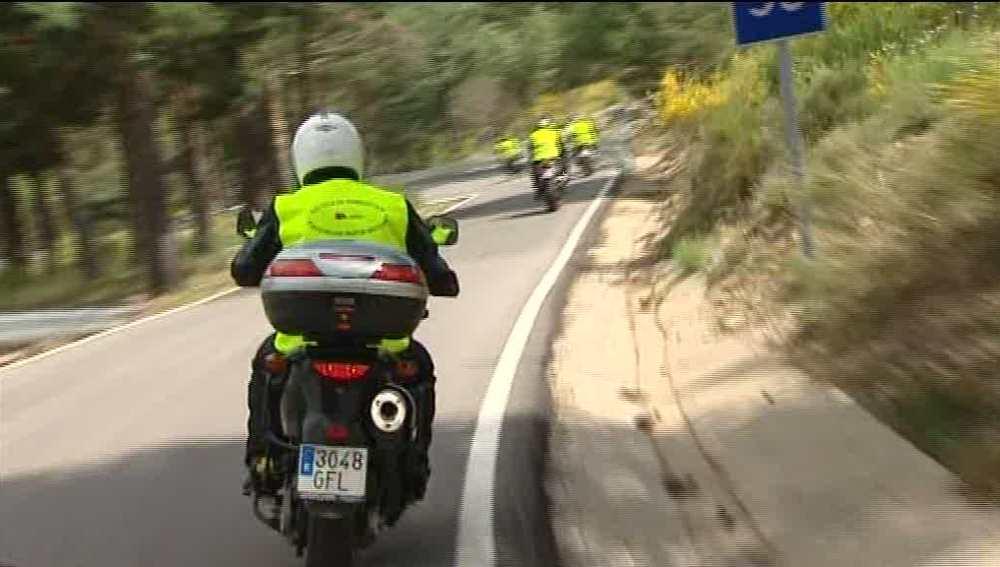 Conducción de moto en carretera de montaña