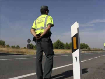 Un agente de la Guardia Civil en una campaña de control de tráfico
