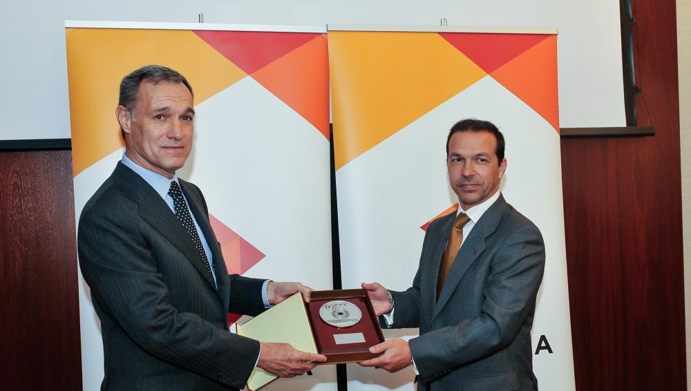 El presidente de la FAP, Sergio Arranz, entrega la Medalla de la FAP al consejero delegado de Atresmedia, Silvio González