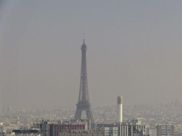 El cielo de París con la nube de contaminación