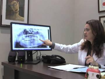 La dentista Tina Meisami en su consulta