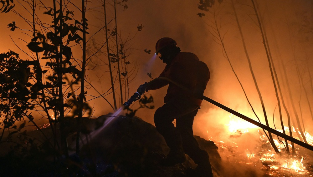 Un bombero combate un incendio forestal en Aveiro, Portugal.