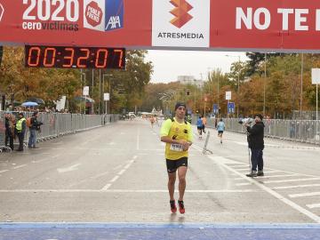 Llega a a la meta el ganador de los 10 KM