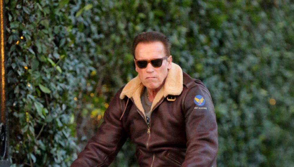 Arnold Schwarzenegger paseando en bici