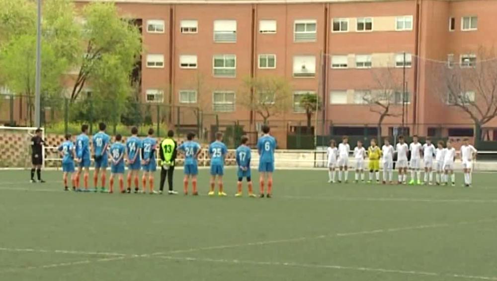 Minuto de silencio en un partido de fútbol base