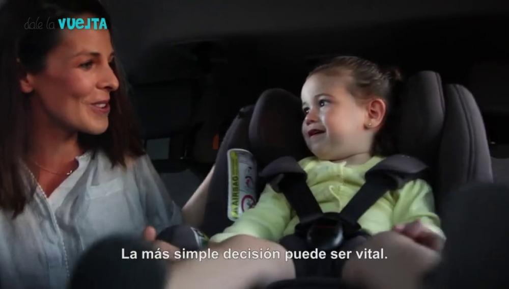 Frame 34.190363 de: 'Dale la Vuelta', una campaña que recomienda que todos los niños viajen en coche a contramarcha hasta los cuatro años