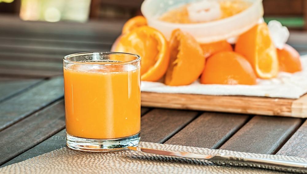 ¿Consumir fruta entera o beberla en zumo es igual de sano?