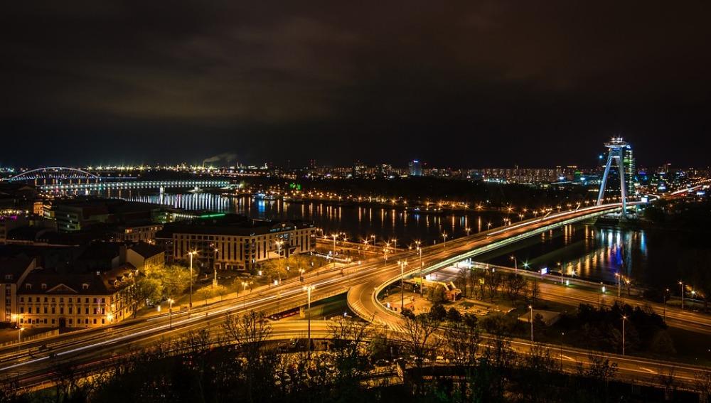 Vivir en zonas urbanas muy iluminadas por la   noche podría aumentar el riesgo de padecer  cáncer de mama