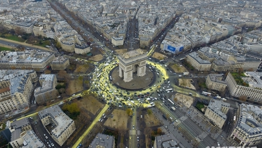 Greenpeace instala soles gigantes en siete plazas europeas