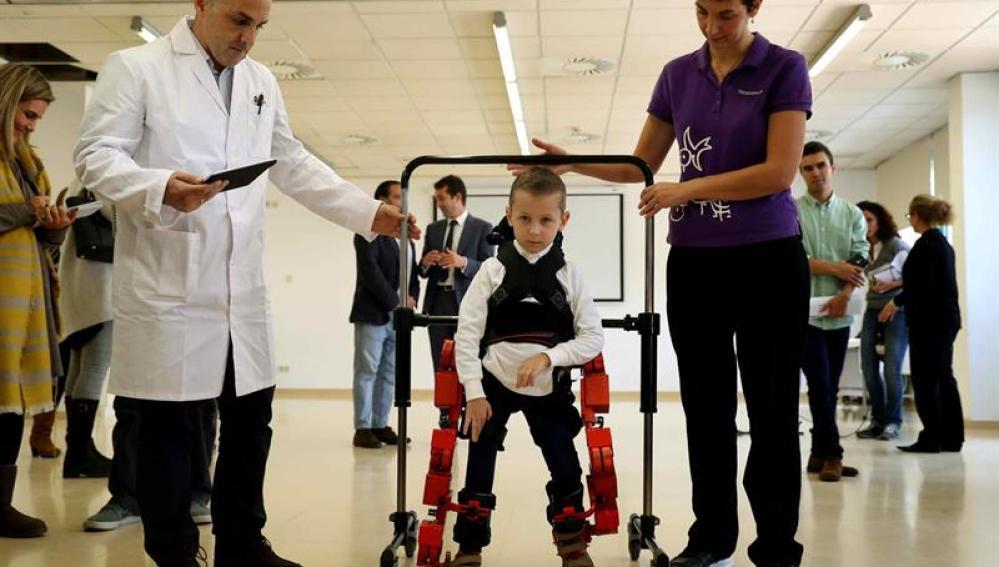Jens, un niño de 5 años, usa el primer y único exoesqueleto pediátrico portable del mundo
