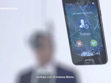 """Carlos Sainz: """"Usar el móvil mientras conduces te puede destrozar la vida, ¿lo coges?"""""""