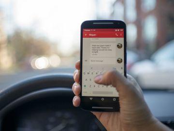 L´ús del telèfon mòbil al volant suposa una multa de 200 euros i tres punts del carnet.