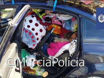 La Policía Local de Murcia para un coche por exceso de carga y se encuentra a una niña en el interior