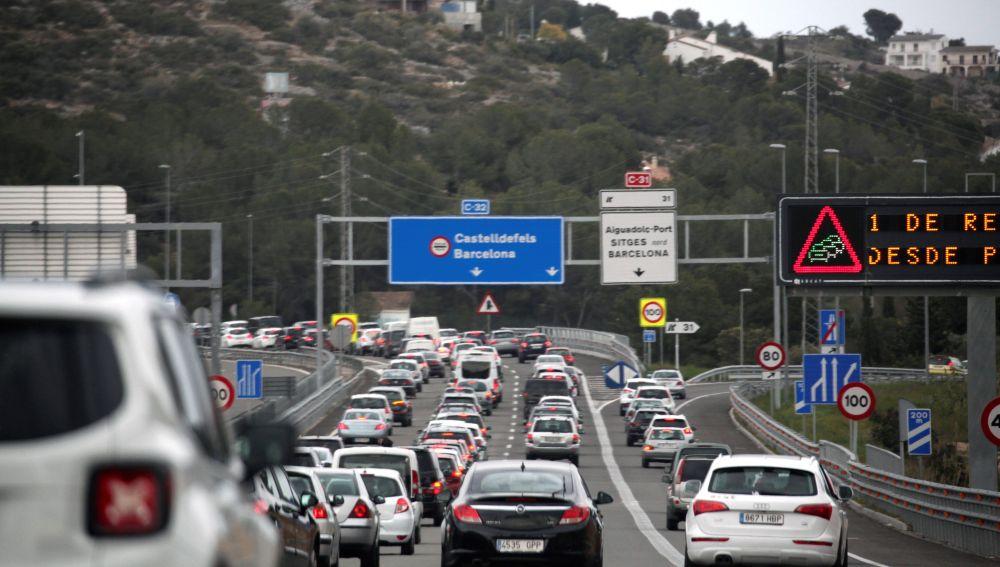 Vista de las retenciones en la C-32 al la altura de Sitges (Barcelona)
