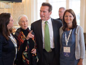Arnold Schwarzenegger, la antropóloga Jane Goodal y la directora ejecutiva del Instituto Jane Goodal, Diana Leizinger en la Cumbre Mundial R20