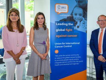 La reina Letizia, la princesa Dina Mired de Jordania, y el director ejecutivo de la UICC, Cary Adams