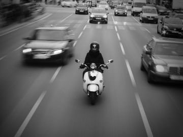 Motorista en ciudad