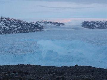 Un iceberg de más de seis kilómetros se separa de un glaciar en Groenlandia
