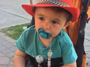 Una madre inicia un 'crowdfunding' para que su bebé de 2 años, con síndrome de Goldenhar, pueda oír bien