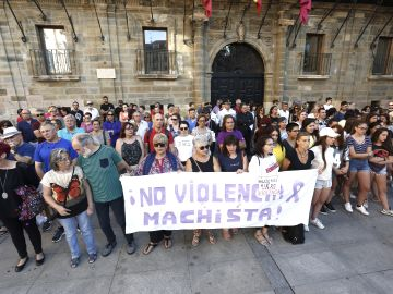 Concentración de rechazo en Astorga por el asesinato machista ocurrido en la localidad maragata