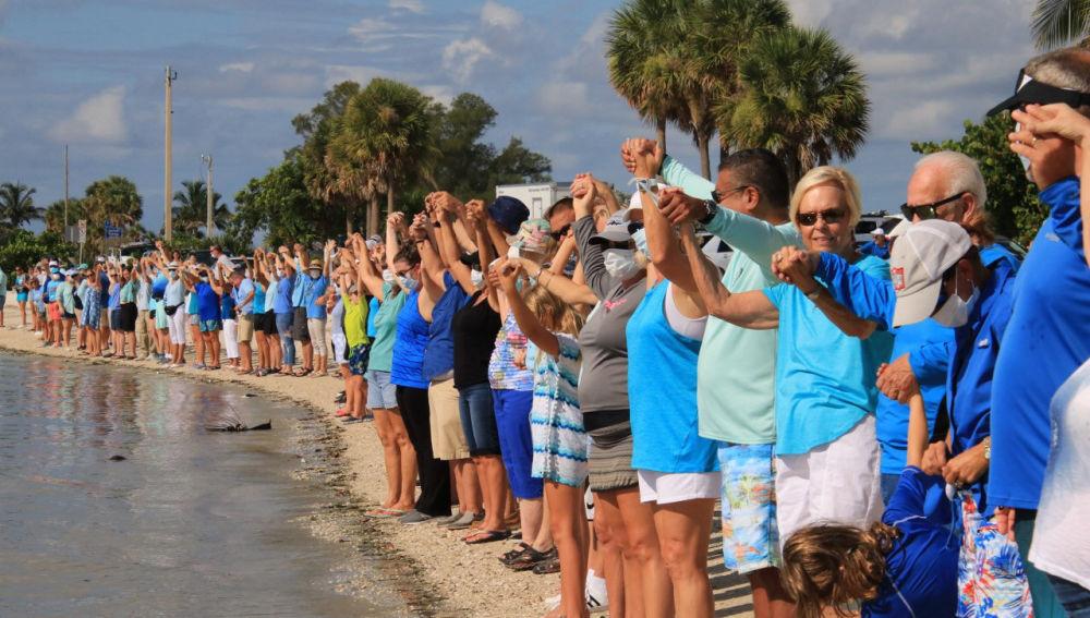 La peligrosa marea roja provoca manifestaciones en las playas de Florida