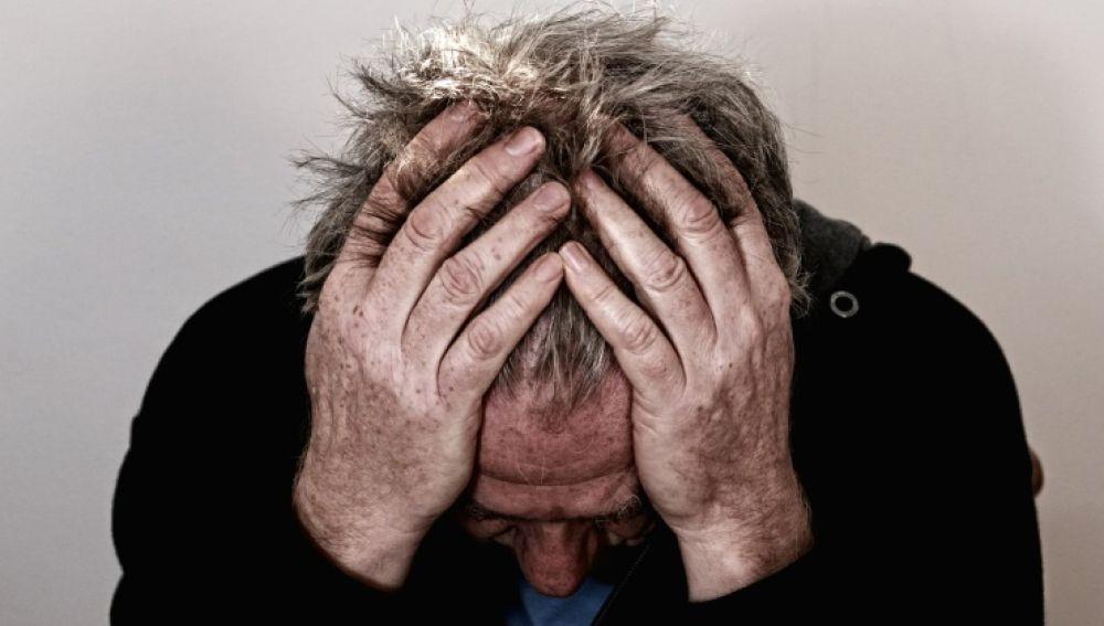 Imagen de archivo de un hombre sufriendo dolor de cabeza