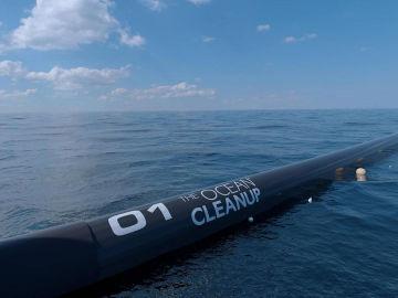 The Ocean Cleanup crea una barrera para acabar con la isla de plástico más grande del Pacífico gracias al crowdfunding