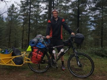 Rafael Sanchís, el valenciano que recorre en bicicleta España para recoger basura