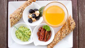desayuno meditarráneo con zumo de naranja