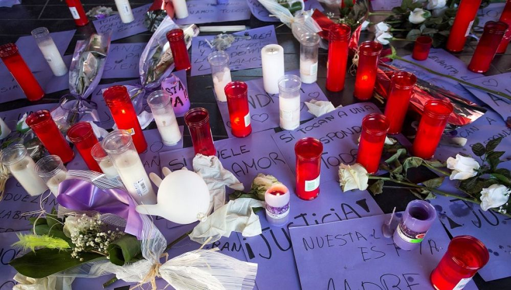 Flores y velas en señal de repulsa contra la violencia machista