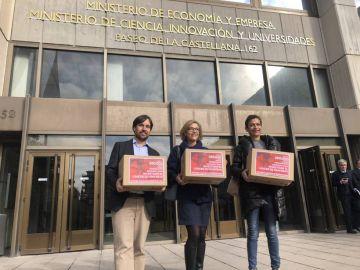 Los representantes de las tres asociaciones que han recogido firmas para investigación en cáncer de páncreas