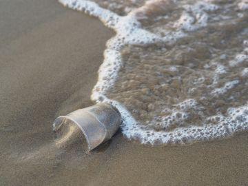 Vaso de plástico en la playa