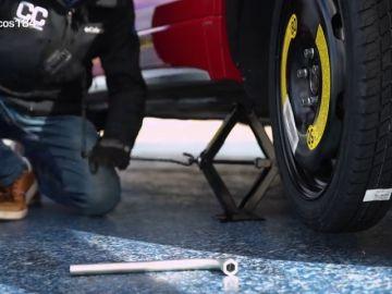 ¿Cómo cambiar una rueda pinchada?