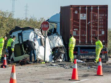 Vista del turismo siniestrado tras chocar con un camión en un accidente de tráfico en la carretera A-394 en Utrera (Sevilla)