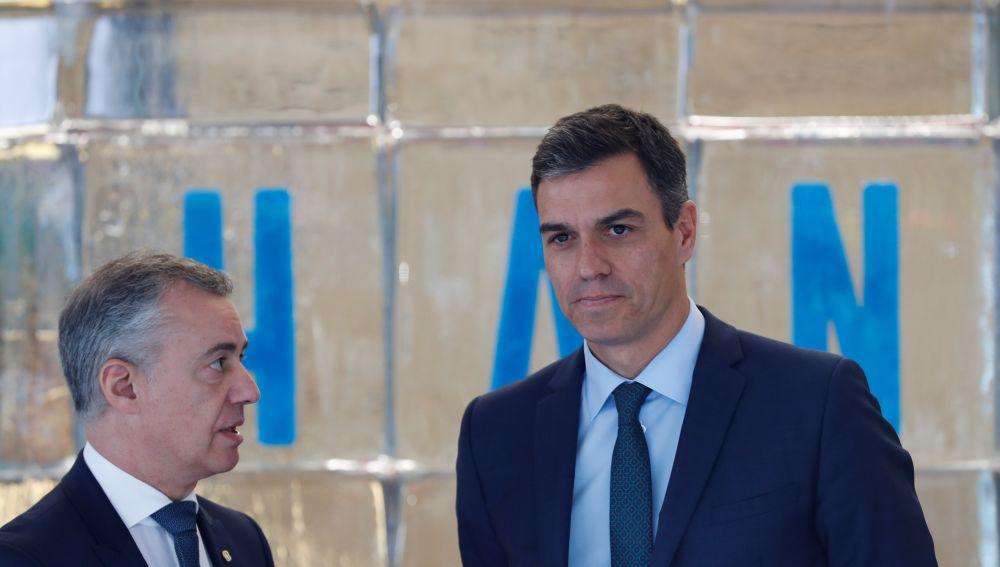 El presidente del Gobierno, Pedro Sánchez, con el lehendakari vasco, Iñigo Urkullu