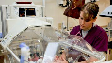 Una enfermera se encarga de un bebé