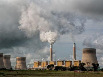 Humo generado por una central eléctrica
