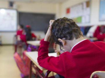 Niño con autismo en clase