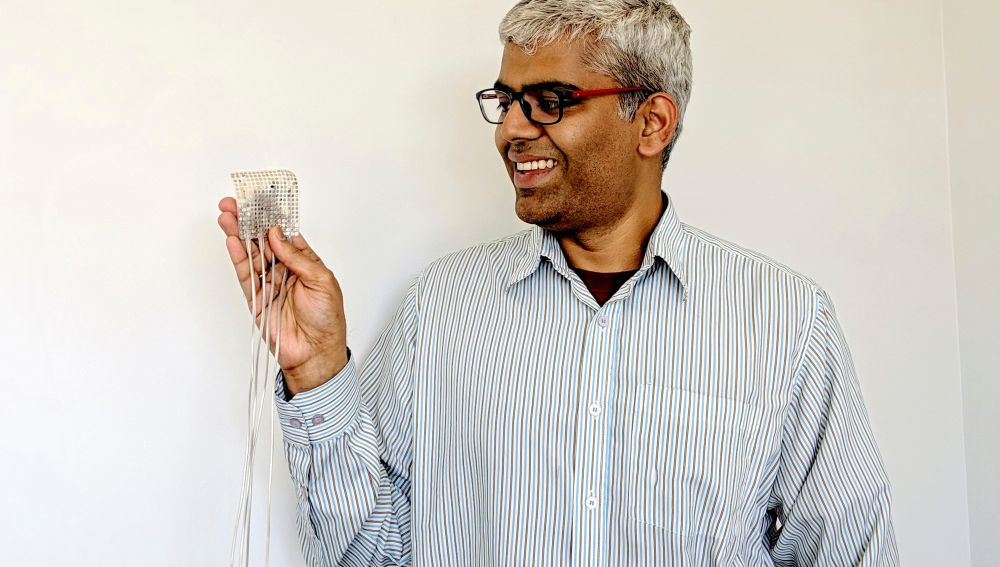 Uno de los expertos con el dispositivo que sintetiza la voz de una persona a partir de la decodificación cerebral