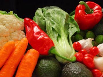 Toma verduras verdes o naranjas para cuidar tu vista