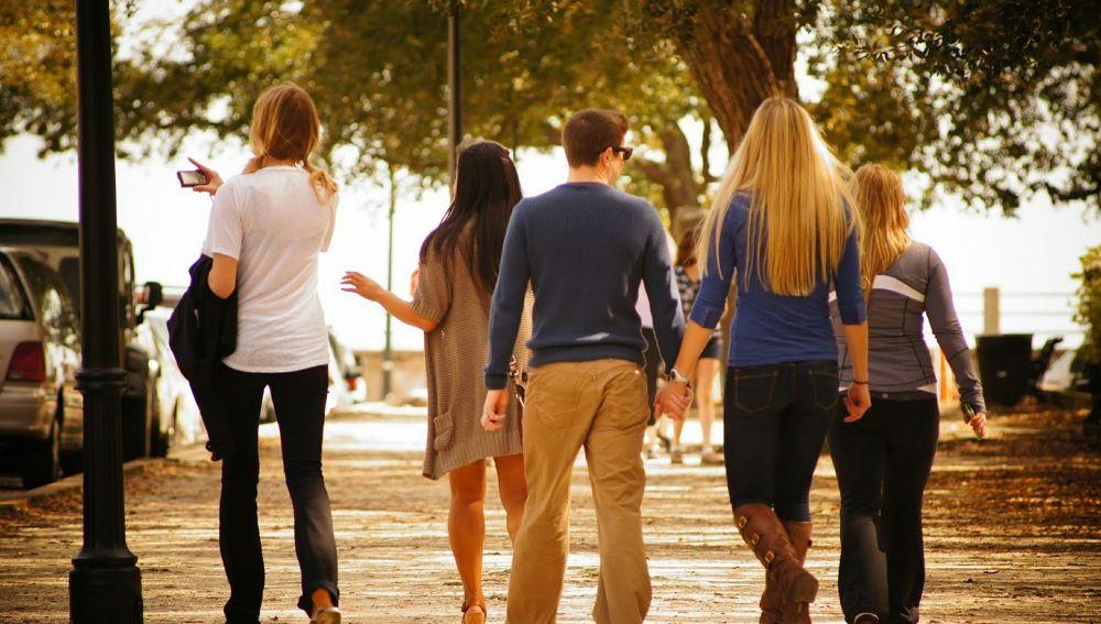 Un grupo de jóvenes caminando, imagen de archivo.