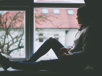 Mujer mirando a la ventana