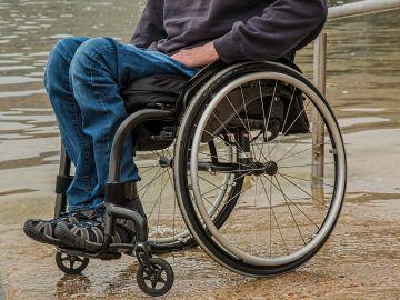 Una persona en silla de ruedas