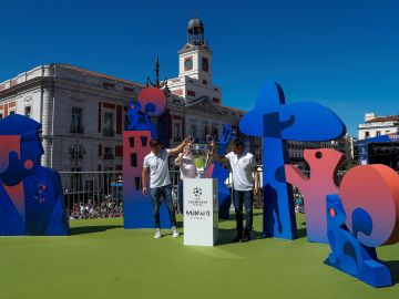 Llegada del trofeo de la UEFA Champions League a la Puerta del Sol de Madrid