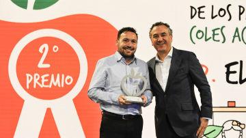 Marco Antonio Gayá Reig, director del CEIP 'Els Tolls', ha recogido el premio de manos de Roberto Brasero, presentador de 'Tu Tiempo'