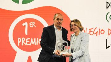 Javier Pérez Yuste, presidente de la Asociación 'Sí, puedo'-Colegio 'Los Álamos', ha recogido el premio entregado por Patricia Pérez, directora general Corporativa de Atresmedia